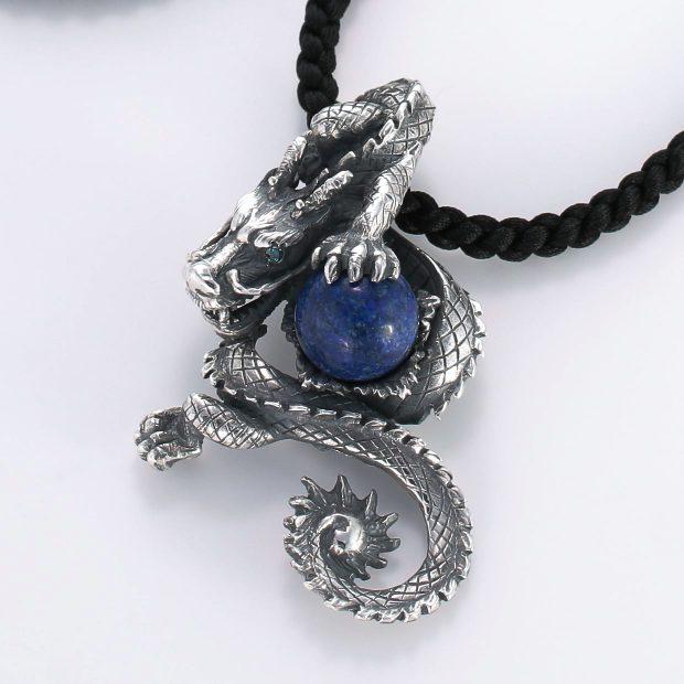宝石ラスピラズリとその他の宝石を使ったドラゴンのデザインが特徴的な銀風ネックレス/ペンダントの商品写真です。型番:GP201002-01 画像その2