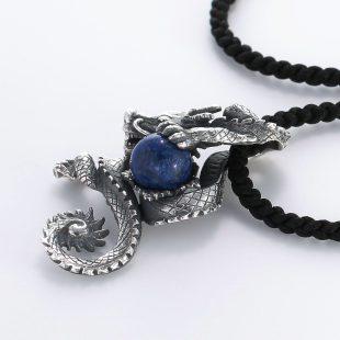宝石ラスピラズリとその他の宝石を使ったドラゴンのデザインが特徴的な銀風ネックレス/ペンダントの商品写真です。型番:GP201002-01 画像その3