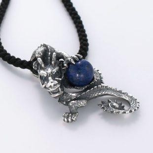 宝石ラスピラズリとその他の宝石を使ったドラゴンのデザインが特徴的な銀風ネックレス/ペンダントの商品写真です。型番:GP201002-01 画像その4