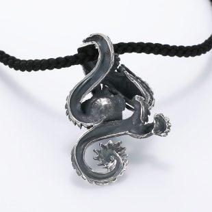 宝石ラスピラズリとその他の宝石を使ったドラゴンのデザインが特徴的な銀風ネックレス/ペンダントの商品写真です。型番:GP201002-01 画像その5
