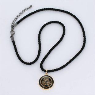 宝石オニキスとクォーツ・水晶を使った和風と仏具とその他のモチーフのデザインが特徴的な銀風ネックレス/ペンダントの商品写真です。型番:GP201010-01 画像その1