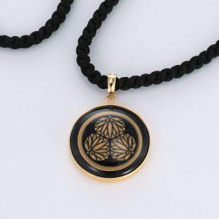 宝石オニキスとクォーツ・水晶を使った和風と仏具とその他のモチーフのデザインが特徴的な銀風ネックレス/ペンダントの商品写真です。型番:GP201010-01 画像その2
