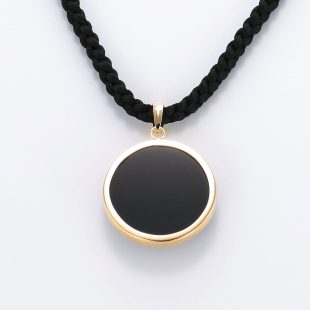 宝石オニキスとクォーツ・水晶を使った和風と仏具とその他のモチーフのデザインが特徴的な銀風ネックレス/ペンダントの商品写真です。型番:GP201010-01 画像その5