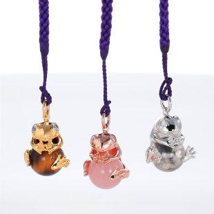 宝石キュービックとクォーツ・水晶とその他の宝石を使ったカエル・両生類と開運・ラッキーのデザインが特徴的な銀風根付・ピンズの商品写真です。型番:GP501003-01~03 画像その5