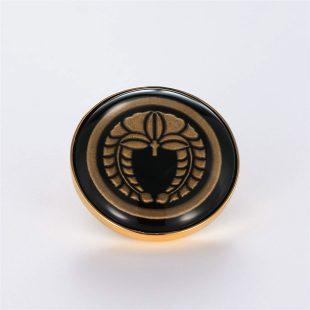 宝石オニキスとクォーツ・水晶を使った和風と仏具とその他のモチーフのデザインが特徴的な銀風根付・ピンズの商品写真です。型番:GP701001-01 画像その1