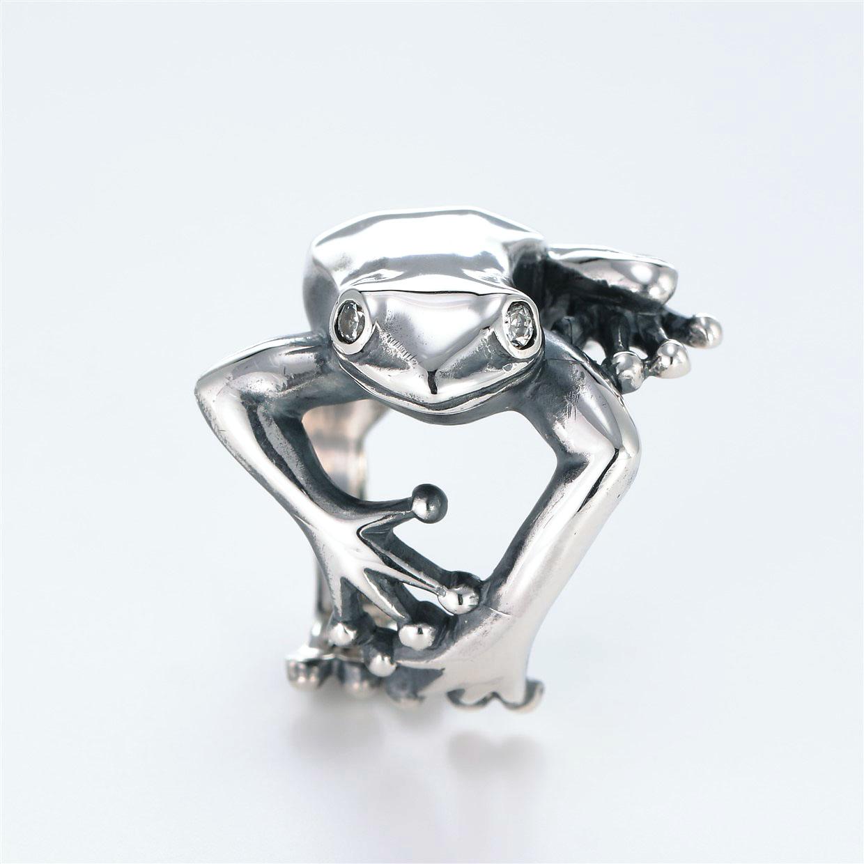 宝石キュービックを使ったカエル・両生類のデザインが特徴的な銀風指輪の商品写真です。型番:GP101004-01 画像その1