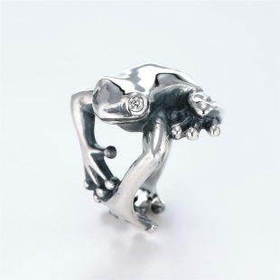 宝石キュービックを使ったカエル・両生類のデザインが特徴的な銀風指輪の商品写真です。型番:GP101004-01 画像その2