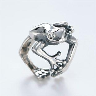 宝石キュービックを使ったカエル・両生類のデザインが特徴的な銀風指輪の商品写真です。型番:GP101004-01 画像その3
