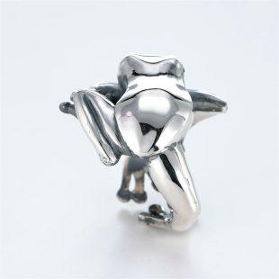 宝石キュービックを使ったカエル・両生類のデザインが特徴的な銀風指輪の商品写真です。型番:GP101004-01 画像その4
