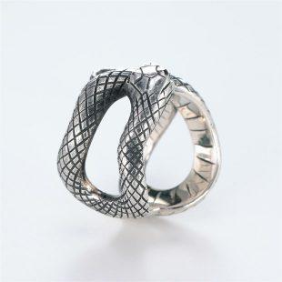 宝石ダイヤモンドを使ったヘビ・爬虫類のデザインが特徴的な銀風指輪の商品写真です。型番:GP101008-01 画像その4