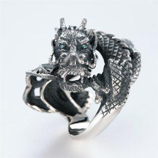 宝石その他の宝石を使ったドラゴンのデザインが特徴的な銀風指輪の商品写真です。型番:GP101003-01 画像その1