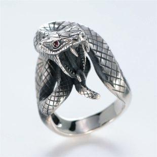 宝石ルビーを使ったヘビ・爬虫類のデザインが特徴的な銀風指輪の商品写真です。型番:GP101005-01 画像その3