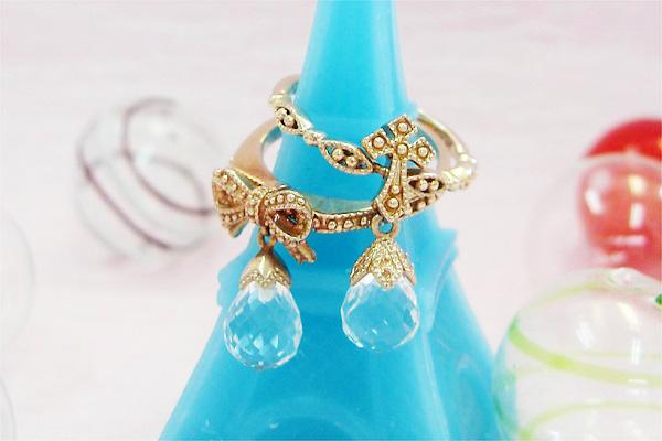 水晶を使ったリボンやクロスのデザインがかわいいリング