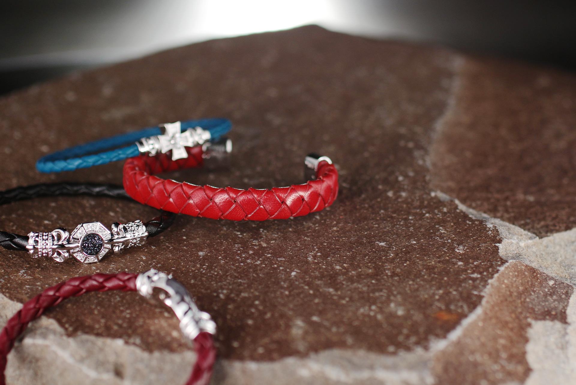 環の色(レザー製品)のコンセプトトップ画像。赤、青、黒、茶色のレザーとアクセサリー部分の調和が美しい商品です。