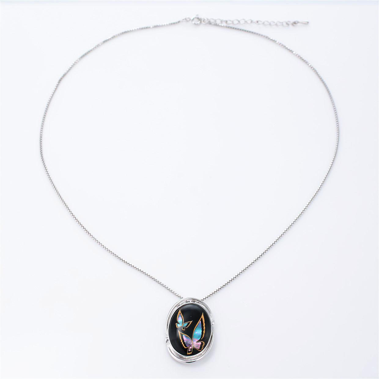 宝石クォーツ・水晶を使った蝶・昆虫と和風のデザインが特徴的な和の彩ネックレス/ペンダントの商品写真です。型番:CR201006-01~02 画像その1
