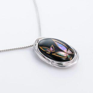 宝石クォーツ・水晶を使った蝶・昆虫と和風のデザインが特徴的な和の彩ネックレス/ペンダントの商品写真です。型番:CR201006-01~02 画像その4