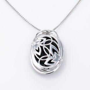 宝石クォーツ・水晶を使った蝶・昆虫と和風のデザインが特徴的な和の彩ネックレス/ペンダントの商品写真です。型番:CR201006-01~02 画像その5