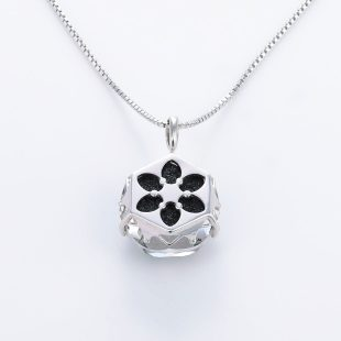 宝石クォーツ・水晶を使った和風のデザインが特徴的な和の彩ネックレス/ペンダントの商品写真です。型番:CR201014-01 画像その5