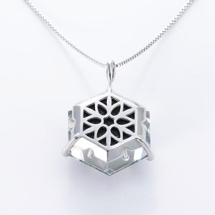 宝石クォーツ・水晶を使った和風のデザインが特徴的な和の彩ネックレス/ペンダントの商品写真です。型番:CR201015-01 画像その5