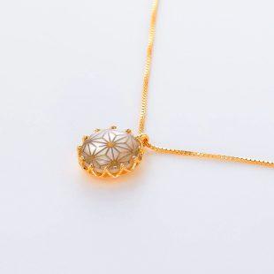 宝石クォーツ・水晶とマザーオブパール・白蝶貝を使った和風のデザインが特徴的な和の彩ネックレス/ペンダントの商品写真です。型番:CR201017-01~05 画像その3