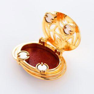 宝石クォーツ・水晶を使った花と和風のデザインが特徴的な和の彩帯留めの商品写真です。型番:CR601001-01~02 画像その3