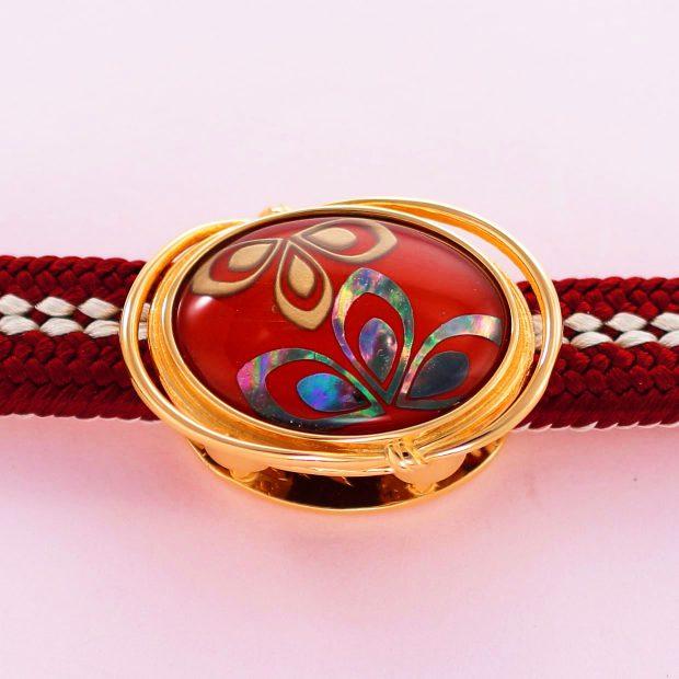 宝石クォーツ・水晶を使った花と和風のデザインが特徴的な和の彩帯留めの商品写真です。型番:CR601001-01~02 画像その4