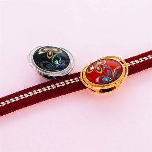 宝石クォーツ・水晶を使った花と和風のデザインが特徴的な和の彩帯留めの商品写真です。型番:CR601001-01~02 画像その5