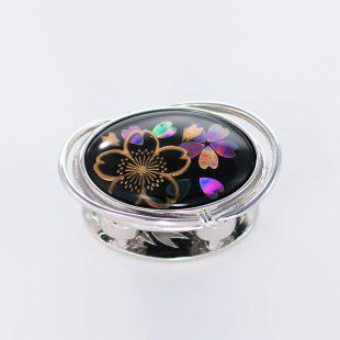 宝石クォーツ・水晶を使った花と和風のデザインが特徴的な和の彩帯留めの商品写真です。型番:CR601002-01~02 画像その1