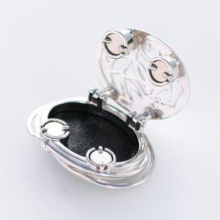 宝石クォーツ・水晶を使った花と和風のデザインが特徴的な和の彩帯留めの商品写真です。型番:CR601002-01~02 画像その3