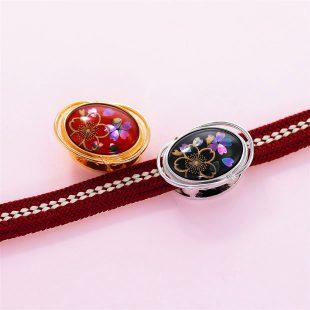 宝石クォーツ・水晶を使った花と和風のデザインが特徴的な和の彩帯留めの商品写真です。型番:CR601002-01~02 画像その5