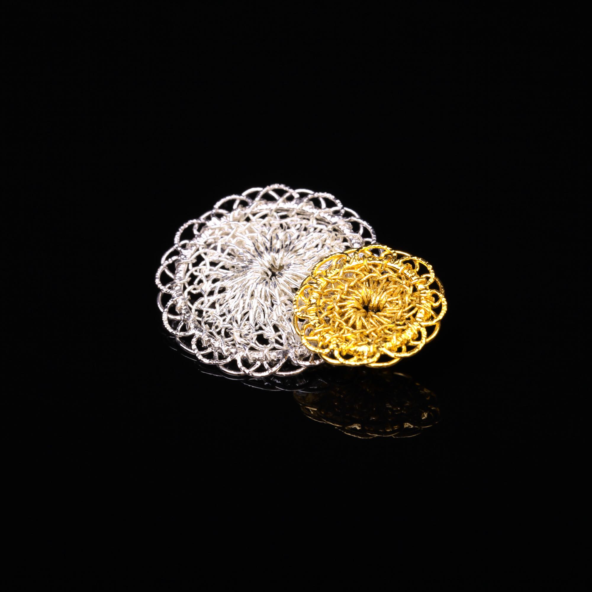 花のデザインが特徴的な和の彩 金銀糸ブローチの商品写真です。型番:659-146 画像その1
