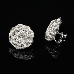 花のデザインが特徴的な和の彩 金銀糸イヤリングの商品写真です。型番:659-173 画像その1
