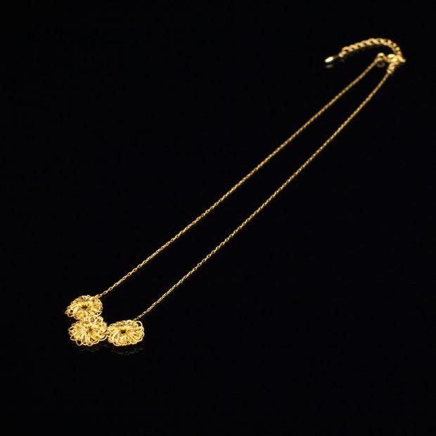 花のデザインが特徴的な和の彩 金銀糸ネックレス/ペンダントの商品写真です。型番:659-067 画像その1