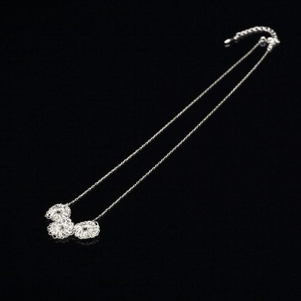 花のデザインが特徴的な和の彩 金銀糸ネックレス/ペンダントの商品写真です。型番:659-068 画像その1