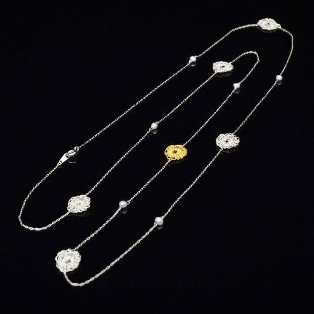 花のデザインが特徴的な和の彩 金銀糸ネックレス/ペンダントの商品写真です。型番:659-072 画像その1