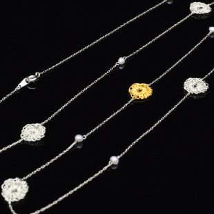 花のデザインが特徴的な和の彩 金銀糸ネックレス/ペンダントの商品写真です。型番:659-072 画像その3