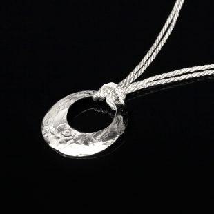 月のデザインが特徴的な和の彩 金銀糸ネックレス/ペンダントの商品写真です。型番:658-929 画像その2