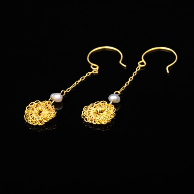 花のデザインが特徴的な和の彩 金銀糸ピアスとイヤリングの商品写真です。型番:659-149 画像その1