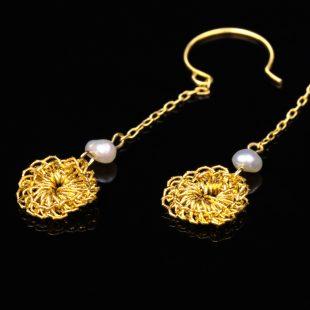 花のデザインが特徴的な和の彩 金銀糸ピアスとイヤリングの商品写真です。型番:659-149 画像その2