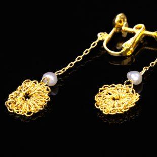 花のデザインが特徴的な和の彩 金銀糸ピアスとイヤリングの商品写真です。型番:659-149 画像その4