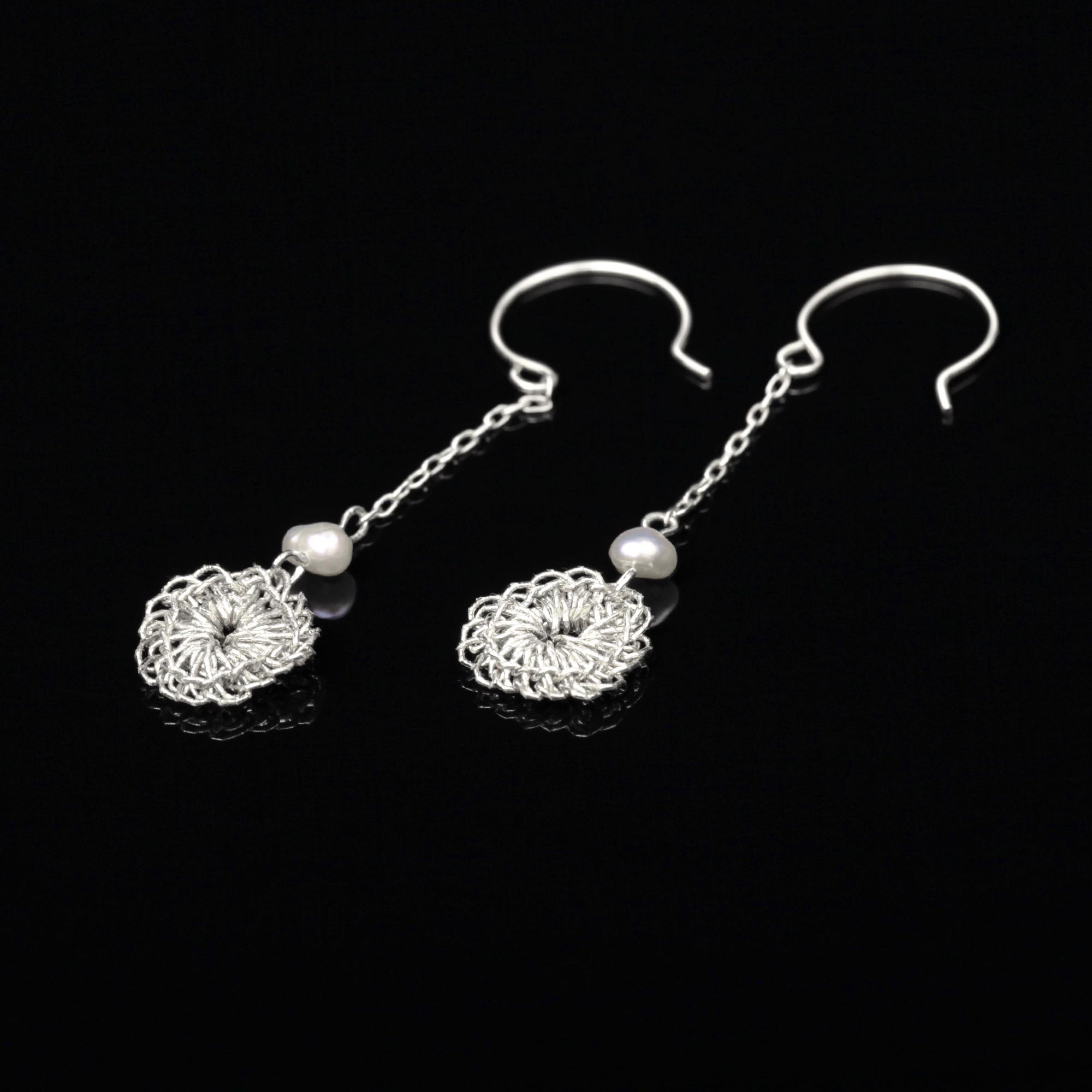 花のデザインが特徴的な和の彩 金銀糸ピアスとイヤリングの商品写真です。型番:659-150 画像その1