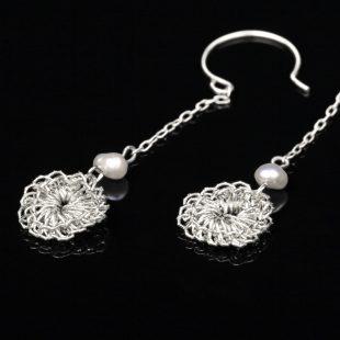 花のデザインが特徴的な和の彩 金銀糸ピアスとイヤリングの商品写真です。型番:659-150 画像その2